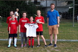 Starke Fußballerinnen spielen beim Tag des Mädchenfußballs groß auf